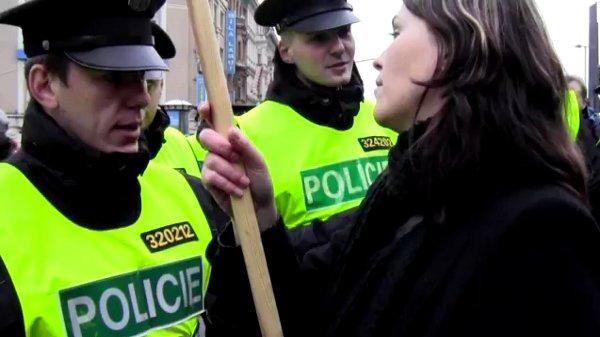 Policejní brutalita na Václavském náměstí: Rozhovor s napadenou vlajkonoškou - Pirátské listy